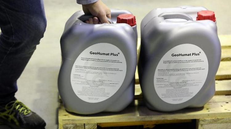 Im Lager GeoFert stehen 20-Liter-Kanister mit einem rein biologischen Dünger