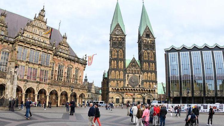 Ein Blick auf das Alte Rathaus (l-r), den Bremer St.-Petri-Dom und die bremische Bürgerschaft (Landtag). Foto: Mohssen Assanimoghaddam/dpa/Archivbild