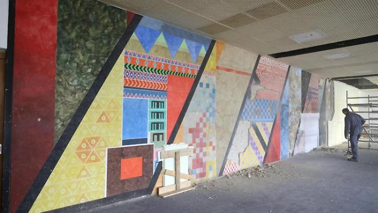 Das DDR-Wandbild im ehemaligen Teppichwerk. Foto: Bernd Wüstneck/zb/dpa/Archivbild
