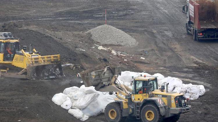 In der Deponie werden angelieferte Abfälle eingelagert. Foto: Bernd Wüstneck/dpa/Archivbild
