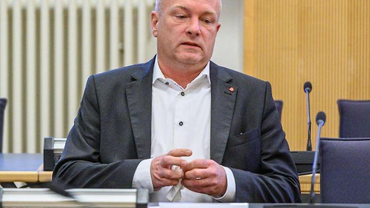 Joachim Wolbergs, suspendierter Oberbürgermeister von Regensburg, sitzt im Verhandlungssaal. Foto: Armin Weigel/dpa/Archivbild