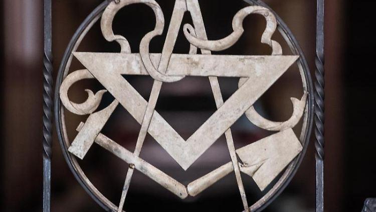 Die Symbole der Freimaurer (Zirkel, Winkel, Hammer und Kelle) sind im Tor zur Loge zu sehen. Foto: Andreas Arnold/dpa/Archivbild