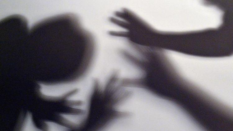 Schatten symbolisieren, wie ein Kind versucht, sich vor der Gewalt eines Erwachsenen zu schützen. Foto: Maurizio Gambarini/dpa/Archivbild