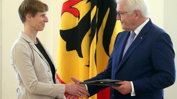 Bundespräsident Frank-Walter Steinmeier verleiht das Bundesverdienstkreuz an Verena Nölle aus Bremen. Foto: Wolfgang Kumm/dpa