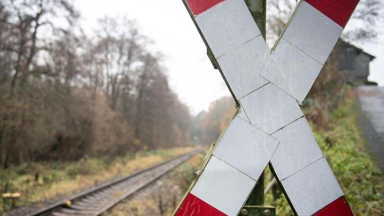 Ein Andreaskreuz steht neben einem Gleis einer einspurigen Bahnverbindung. Foto: Bernd Thissen/dpa
