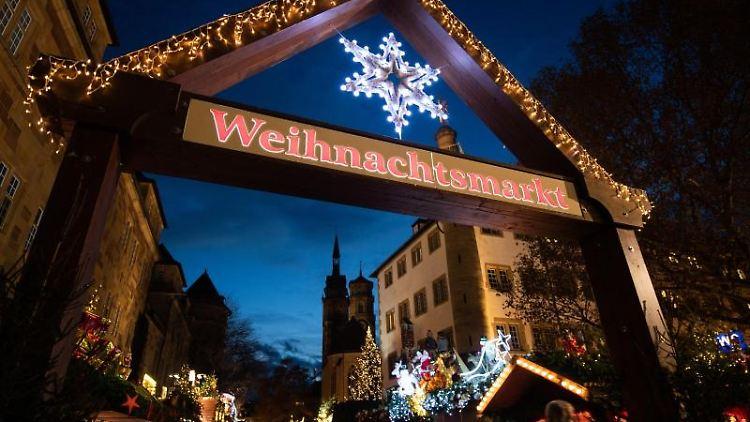 Der Zugang zu einem Weihnachtsmarkt. Foto: Tom Weller/dpa/Archivbild
