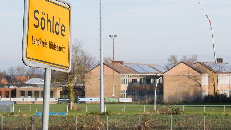 Die Oberschule in Söhlde steht in Sichtweite des Ortsschildes. Foto: Julian Stratenschulte/dpa