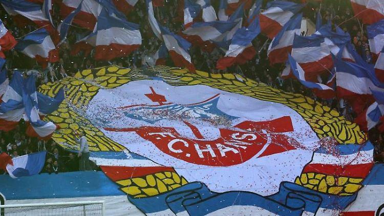Zu Spielbeginn wird auf der Südtribüne ein großes Hansa-Rostock-Logo enthüllt. Foto: Bernd Wüstneck/dpa-Zentralbild/dpa/Archivbild