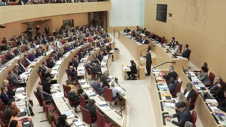 Blick in den Plenarsaal des Bayerischen Landtags. Foto: Jennifer Weese/dpa/Archivbild
