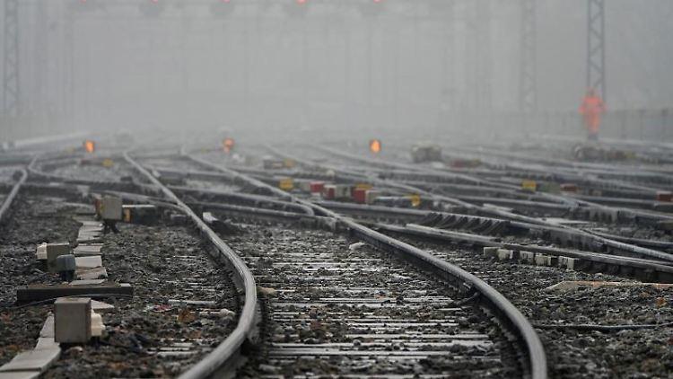 Rote Lichter und leere Gleise sind am Bahnhof Perrache in Lyon zu sehen. Foto: Laurent Cipriani/AP/dpa