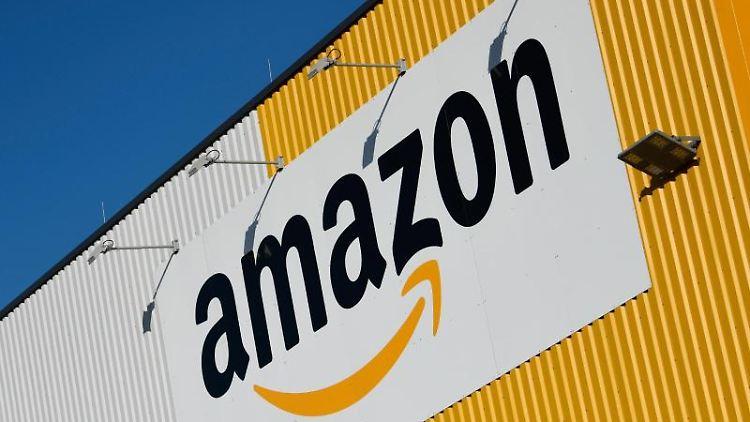 Das Logo von Amazon an einem Amazon-Logistikzentrum. Foto: Ina Fassbender/dpa/Archivbild