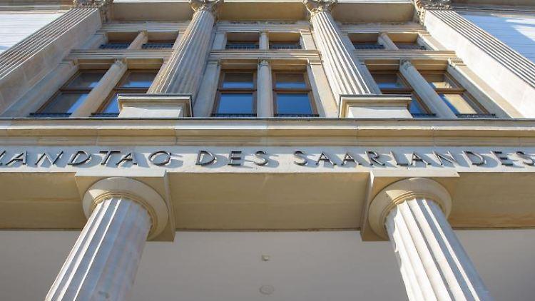 Eine Außenansicht des Saarländischen Landtags. Foto: Oliver Dietze/dpa/Archivbild