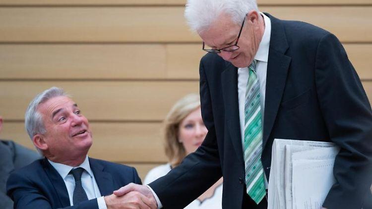 Innenminister Thomas Strobl (l) (CDU) begrüßt Ministerpräsident Winfried Kretschmann (r) (Grüne). Foto: Tom Weller/dpa/Archivbild
