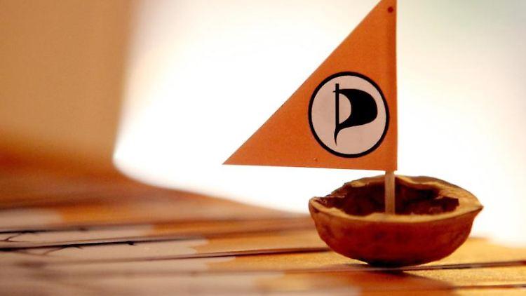 Eine Nussschale mit einem Fähnchen der Piratenpartei. Foto: Bodo Marks/dpa/Symbolbild