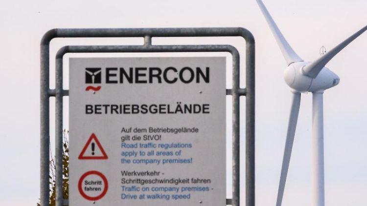 Ein Windrad ist auf dem Gelände des Windenergieanlagen-Herstellers Enercon neben einem Schild zu sehen. Foto: Mohssen Assanimoghaddam/Archiv