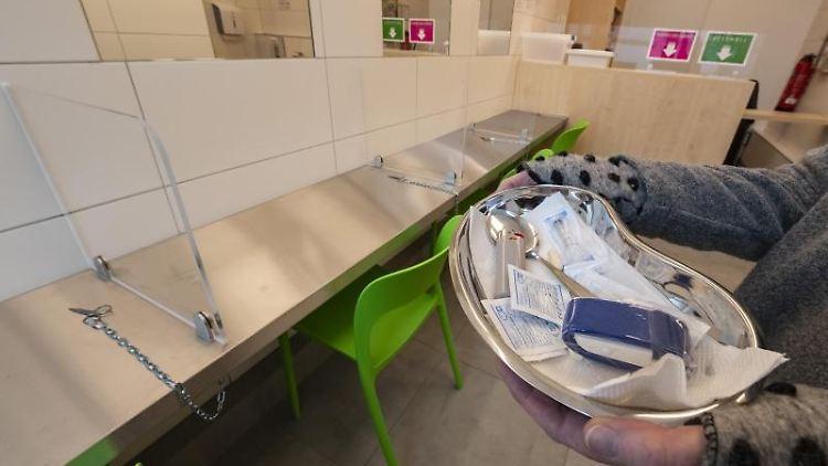 Eine Schale, in der sich Utensilien für den intravenösen Drogenkonsum befinden. Foto: Uli Deck/dpa