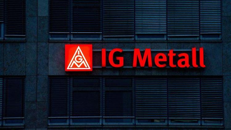 Das beleuchtete IG Metall-Logo ist an der Fassade der IG Metall-Verwaltungsstelle zu sehen. Foto: Marijan Murat/dpa