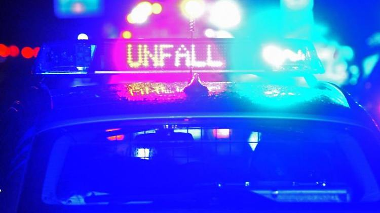 Die Polizei ist an einem Unfallort. Foto: Stefan Puchner/dpa