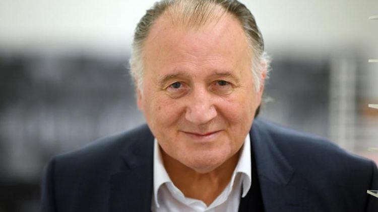 Peter Weibel, Künstler und Direktor des Zentrums für Kunst und Medien (ZKM), lächelt. Foto: Uli Deck/dpa/Archivbild