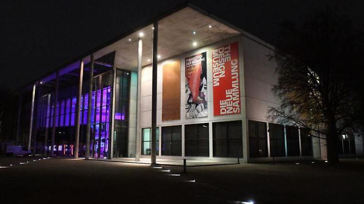 Die Pinakothek der Moderne ist von außen beleuchtet. Foto: Felix Hörhager/dpa/Archivbild