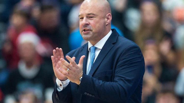 Hamburgs Trainer Mike Taylor in Aktion. Foto: Daniel Bockwoldt/dpa