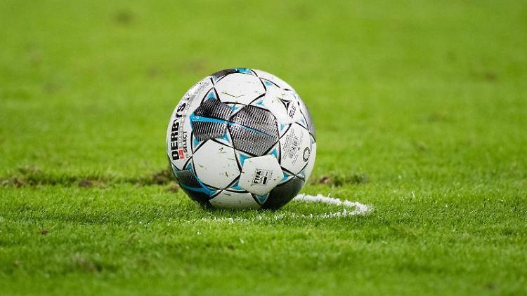 Ein Fußball liegt auf dem Spielfeld. Foto: Matthias Balk/dpa/Archivbild