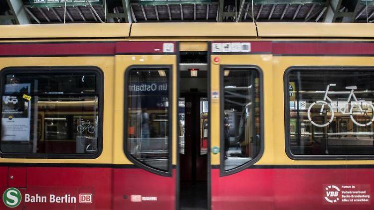 Die Tür einer S-Bahn öffnet sich am Ostbahnhof. Foto: Paul Zinken/dpa/Archivbild