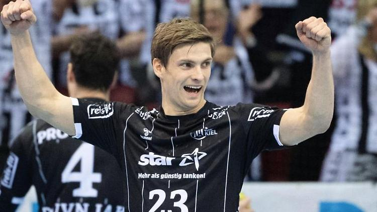 Kiels Rune Dahmke freut sich nach dem Spiel gegen den TVB Stuttgart. Foto: Marijan Murat/dpa/Archivbild