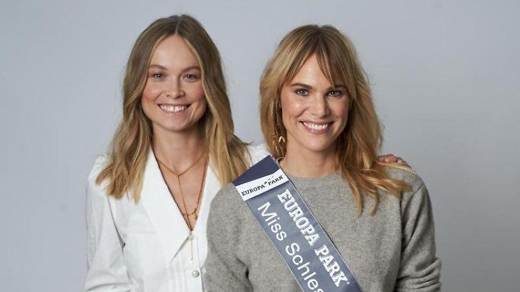 Leonie von Hase (r), die neue Miss Schleswig-Holstein, neben Nadine Berneis, Miss Germany 2019. Foto: Tobias Dick/MGC-Miss Germany Corporation/dpa