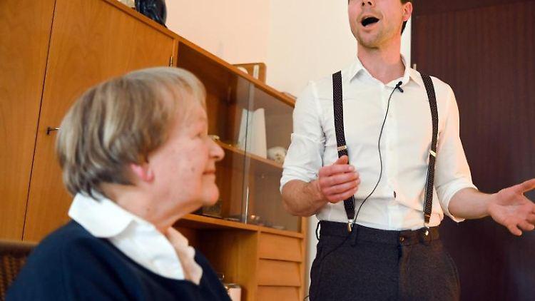 Der Tenor Hans Kittelmann vom Nürnberger Staatstheater singt für Maria Fehrenbacher. Foto: Nicolas Armer/dpa