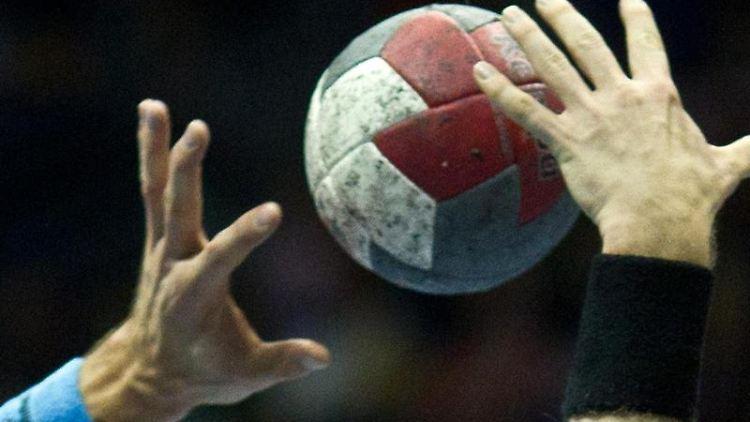 Handbal-Spieler in Aktion. Foto: Jens Wolf/dpa-Zentralbild/dpa/Symbolbild