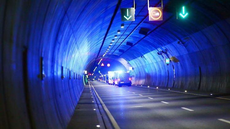 Einsatzfahrzeuge mit Blaulicht fahren durch einen Tunnel auf dem Weg zum Einsatz. Foto: Bodo Schackow/zb/dpa/Archivbild