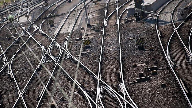 Gleise verlaufen gerade und in Kurven auf dem Boden. Foto: Sven Hoppe/dpa/Archivbild