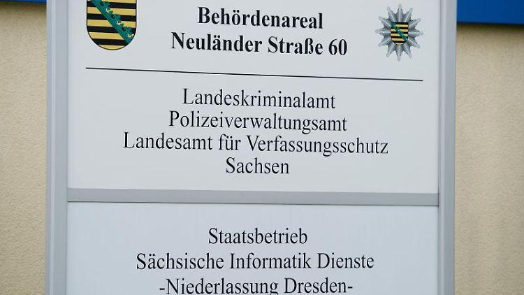 Ein Schild steht am Haupteingang des Landeskriminalamts Sachsen (LKA). Foto: Sebastian Kahnert/zb/dpa