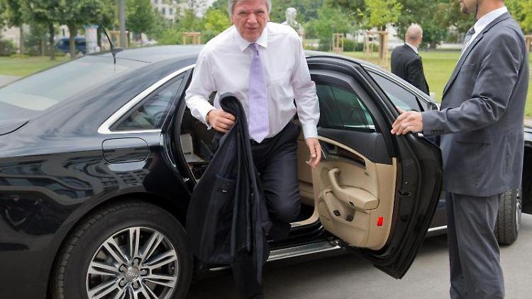 Volker Bouffier steigt aus seinem Dienstwagen aus. Foto: Boris Roessler/dpa/Archiv