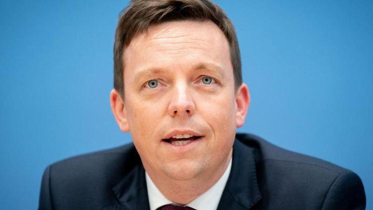 Tobias Hans gibt eine Pressekonferenz. Foto: Kay Nietfeld/dpa/Archiv