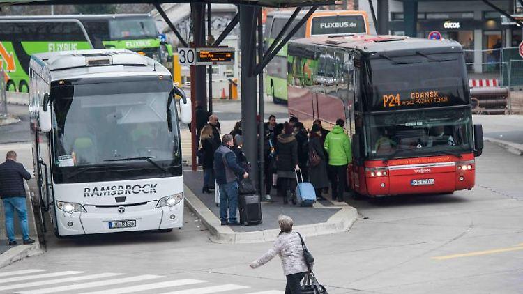 Reisende warten am Zentralen Busbahnhof (ZOB) in Berlin. Foto: Arne Bänsch/dpa/Archivbild