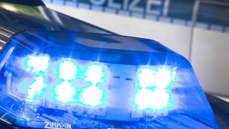 Ein Blaulicht leuchtet auf einem Streifenwagen. Foto: Friso Gentsch/dpa/Archivbild