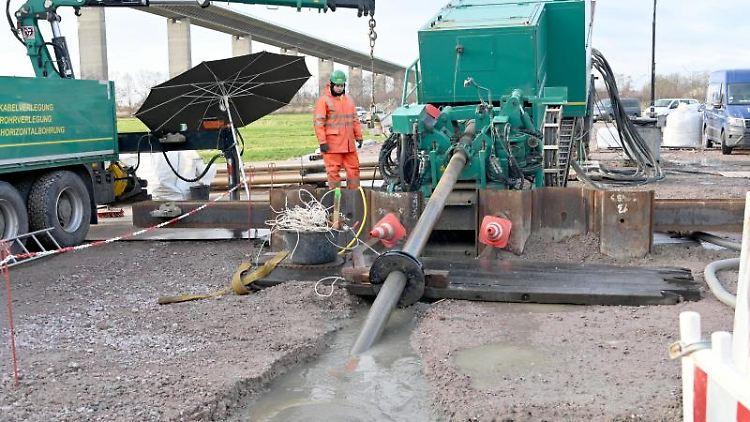 Eine Rohrverbindung für das NordLink-Stromkabel wird auf ein Spezialgerät gezogen. Foto: Carsten Rehder/dpa