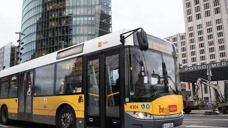 Ein Bus der Berliner Verkehrsbetriebe (BVG) fährt am Potsdamer Platz vorbei. Foto: Bernd von Jutrczenka/dpa/Archivbild