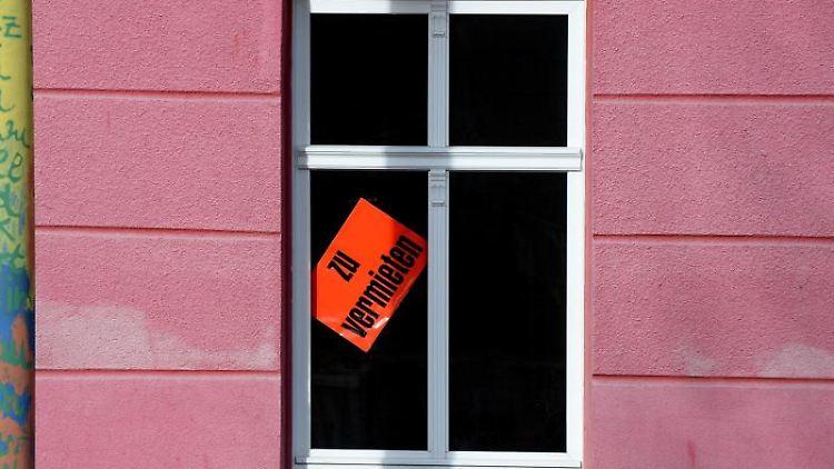 Eine Wohnung wird in einem Haus zur Miete angeboten. Foto: Ralf Hirschberger/zb/dpa/Archivbild