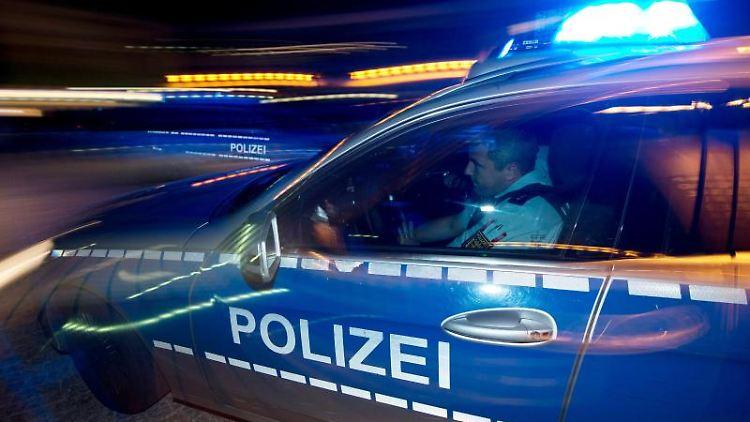 Eine Polizeistreife fährt zu einem Einsatz. Foto: Patrick Seeger/dpa/Archiv