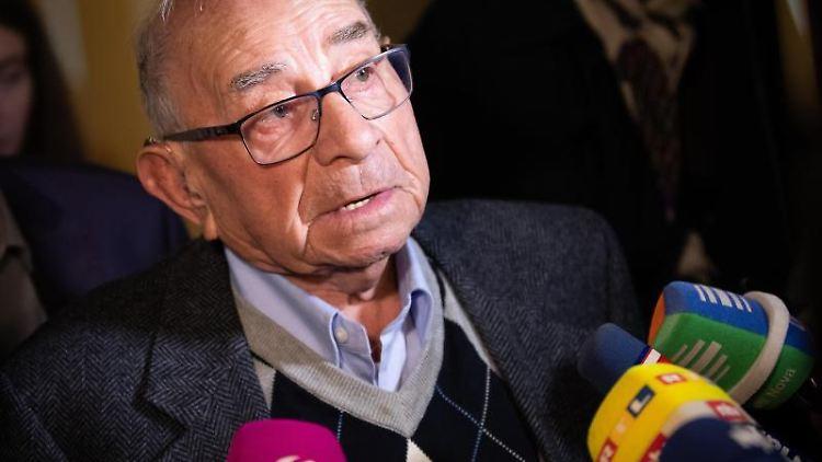 Abraham Koryski , Überlebender des KZ Stutthof, spricht vor Mikros. Foto: Christian Charisius/dpa