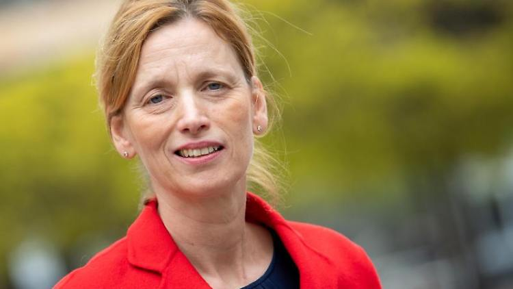 Karin Prien (CDU) schaut in die Kamera. Foto: Monika Skolimowska/zb/dpa/Archivbild