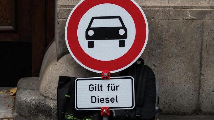 Ein abgestelltes Verkehrsschild weist ein Dieselfahrverbot aus. Foto: Andreas Arnold/dpa/Archivbild