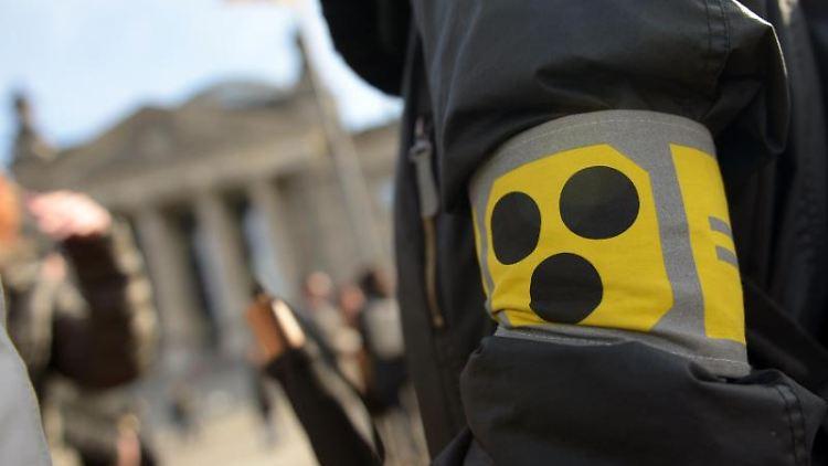Das Blindenabzeichen auf einer Armbinde. Foto: Rainer Jensen/dpa/Symbolbild