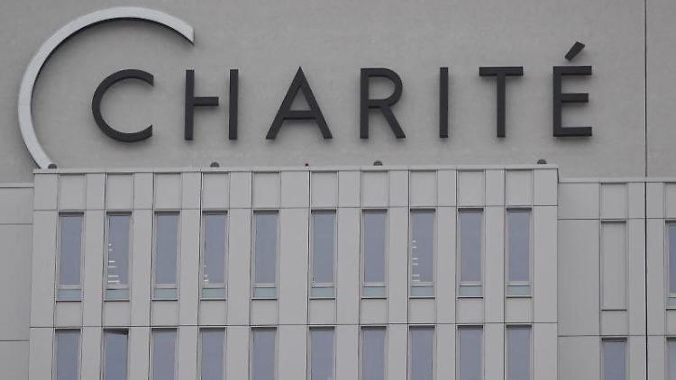 Der Schriftzug der Charité an der Außenfassade des Universitätsklinikums. Foto: Taylan Gökalp/dpa/Archivbild