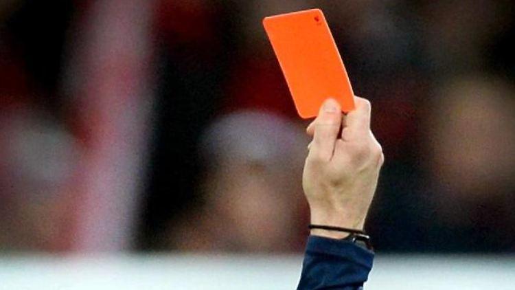 Ein Schiedsrichter zeigt die rote Karte. Foto: Patrick Seeger/dpa/Symbolbild