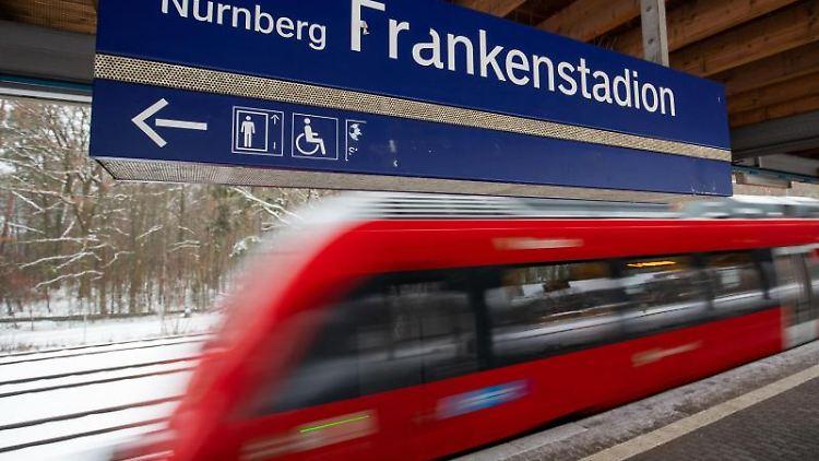 Ein Zug am Bahnsteig des S-Bahnhofs Nürnberg-Frankenstadion. Foto: Daniel Karmann/dpa/Archivbild