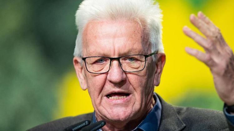 Winfried Kretschmann (Bündnis 90/Die Grünen) spricht auf einem Parteitag. Foto: Guido Kirchner/dpa/Archivbild